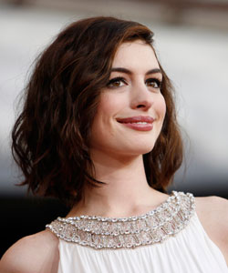 Anne Hathaway Quot Hacks A Way Quot Her Curly Hair