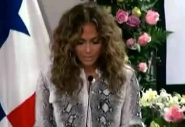 Jennifer Lopez Wears Her Natural Curls