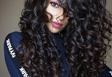 This is How Ayesha Styles Her Long Wavy Hair